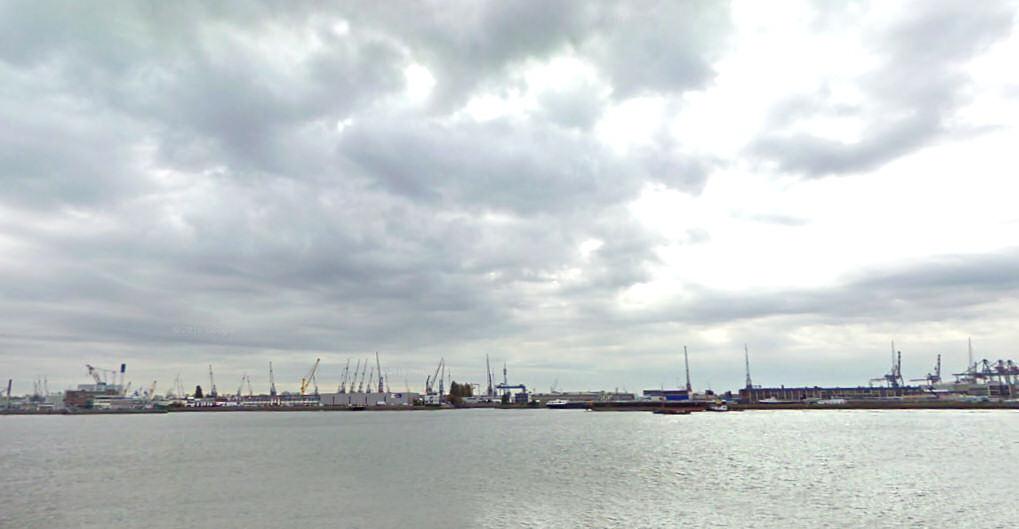 Regenwolken bedreigen de havens van Rotterdam.